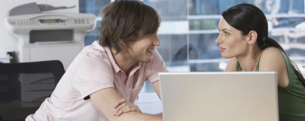 9 Tipps für einen unauffälligen Büro-Flirt