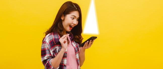 Frau mit Smartphone sieht Mann im Bumble Spotlight