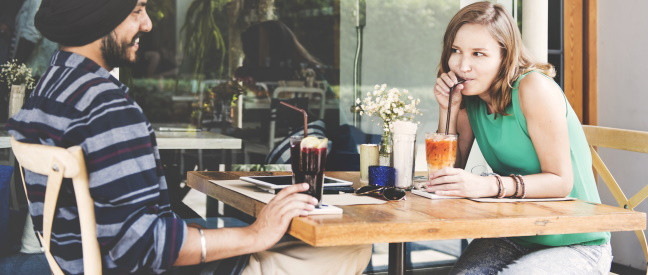 Paar sitzt im Café beim ersten Date