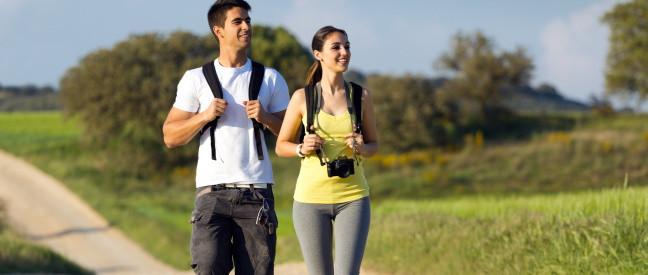 Mann und Frau gehen Spazieren durch Felder