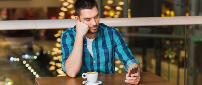 Mann hat Liebeskummer, weil Ex nicht antwortet