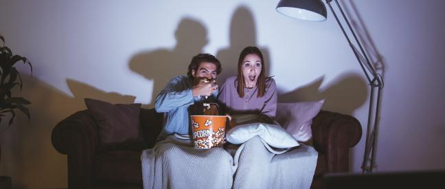 Paar schaut spannenden Film beim Date