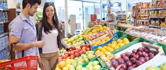 Mann flirtet mit Frau beim Einkaufen