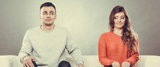 Männliche Jungfrau sitzt neben Frau auf dem Sofa