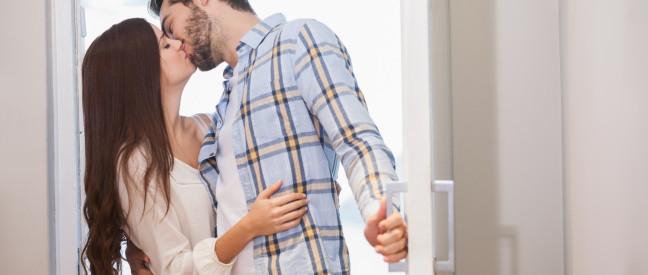 Mann küsst hübsche Nachbarin vor Wohnungstür