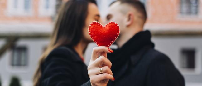 Paar hat romantisches Date in der Stadt