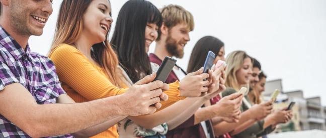 Gruppe von Leuten ist in Tinder aktiv während der Prime Time