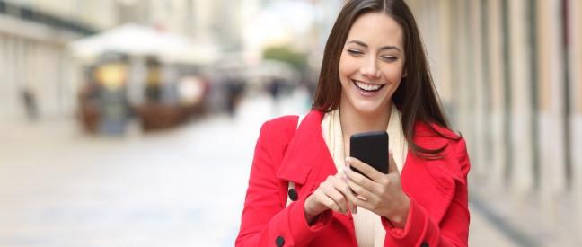 Frau liest gute Tinder-Sprüche am Handy