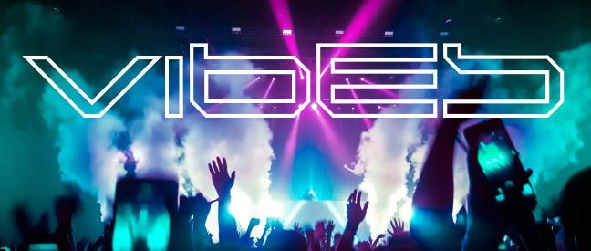 Menschen mit Smartphones tanzen im Scheinwerferlicht der Disco