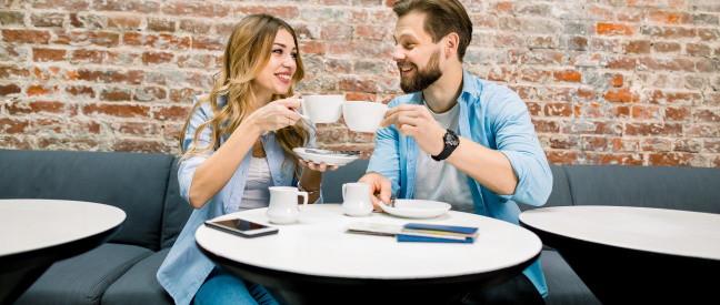 Ex-Partner sitzen am Tisch und trinken Kaffee