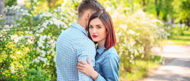 Paar umarmt sich zur Verabschiedung nach Date