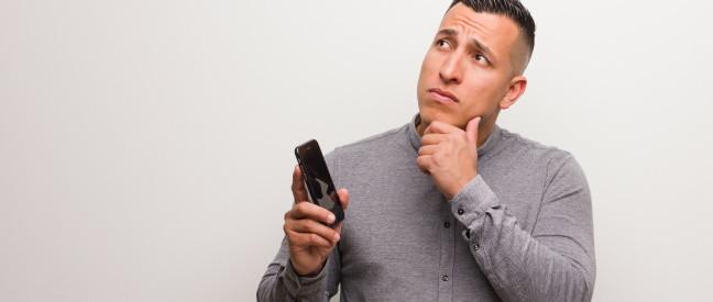 Mann fragt sich, was er Frau auf Tinder schreiben soll
